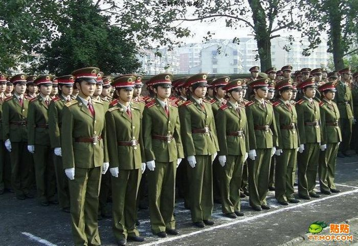 http://de.acidcow.com/pics/20090810/pics/2/china_army_girls_06.jpg