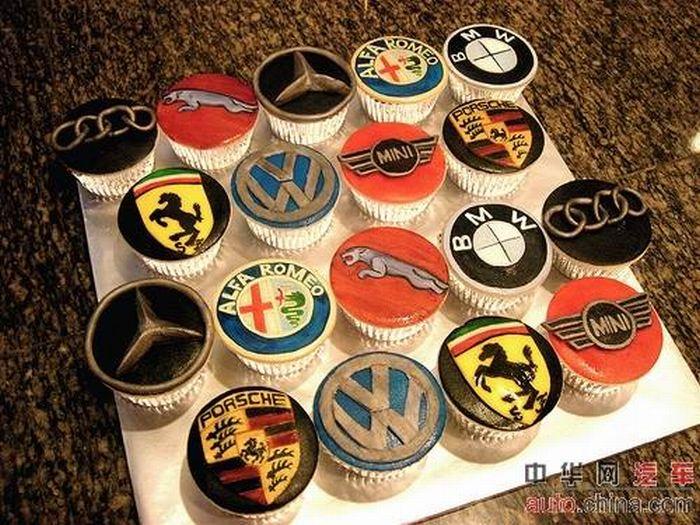 http://de.acidcow.com/pics/20090903/pics/6/car_cakes_03.jpg