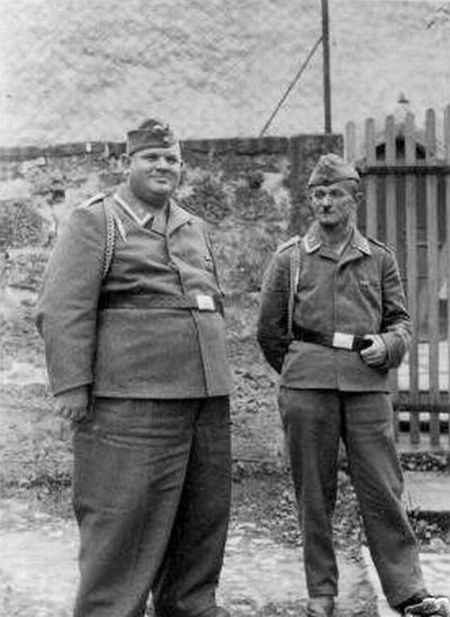 http://de.acidcow.com/pics/20091215/german_soldiers_fave_fun_during_the_wwII_14.jpg