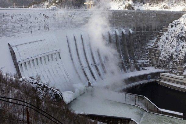 http://de.acidcow.com/pics/20100201/frozen_power_plant_13.jpg