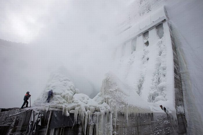 http://de.acidcow.com/pics/20100201/frozen_power_plant_17.jpg