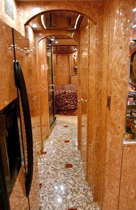 http://de.acidcow.com/pics/20110321/bus_14.jpg