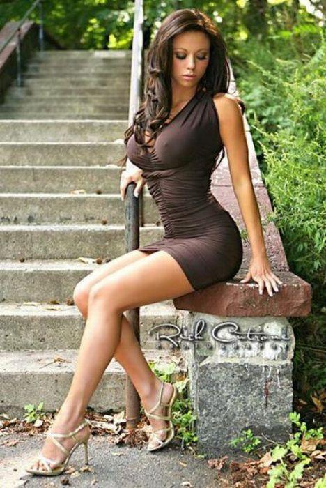 Подборка симпатичных девушек в очень коротких юбках.  Ну как такое пост...